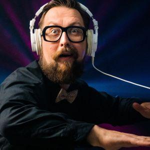 Matti Airaksinen viihdyttää Vuosi vaihtuu 2020 -lähetyksen jatkoilla.