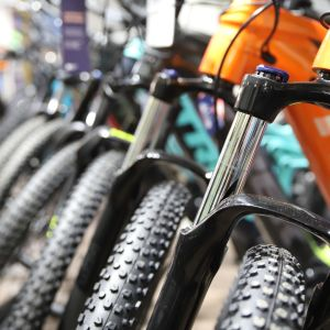 Pyöräliikkeen pyörätarjontaa. Värikkäitä pyöriä rivissä.