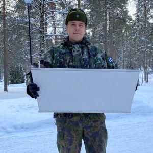 Joona Jaakkola kantaa pientä arkkua