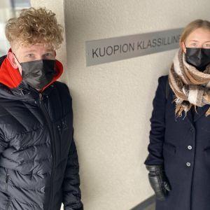 Lukiolaiset Samuli Lyyra ja Aura Niskanen Kuopion klassillisen lukion edessä.