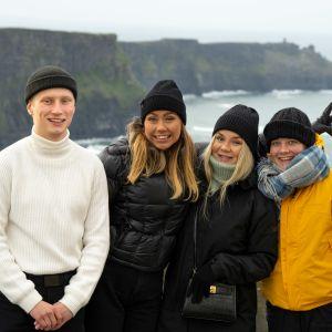 Uudet au pairit rivissä: Igi, Luna, Nea ja Ada ulkovaatteet päällä Irlannin jylhissä maisemissa.