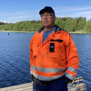 Kalastaja Marttu Turtiainen Puruveden rannalla.