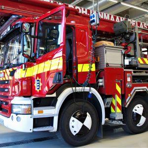 Paloautoja tallissa Seinäjoen paloasemalla.