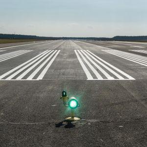 Joensuun lentokentän kiitotie on saanut uuden pinnoitteen.