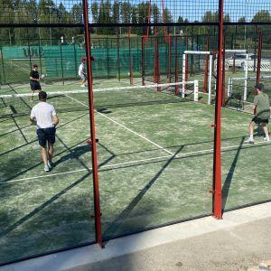 Kuvassa padel-kenttä Kajaanissa, jossa neljä pelaajaa.
