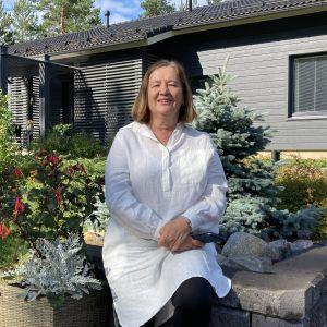 Kirkkoherra Helena Castrén henkilökuvassa.
