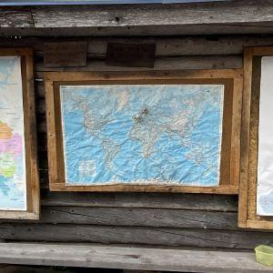 Kartoille laitettu nuppineuloja