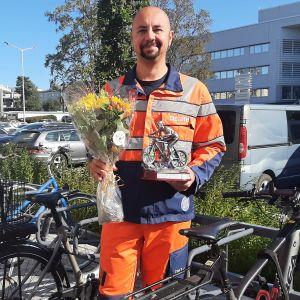 Kuvassa vuoden työmatkapyöräilijänä palkittu Toni Takalo