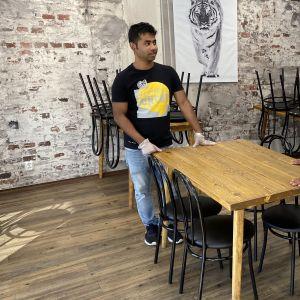 Joyanta Saha ja Rezanoor Chowdhury järjestelevät uutta ravintolaansa Kokkolassa.