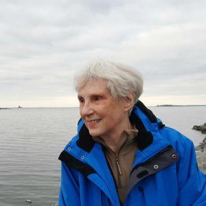 Rosemary Chrimm seisoo Raippaluodossa meren äärellä