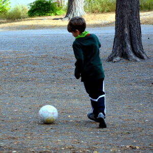 Pojke som spelar fotboll.