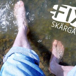 Fötter i grumligt vatten.