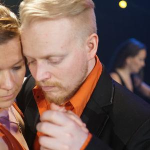 Marjo Kiukaanniemi jA TImo Hakkarainen tangon pyörteissä.