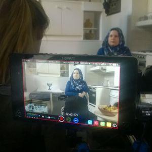 En finländsk kvinna blir intervjuad i sitt hem för konstprojektet 101 för alla.