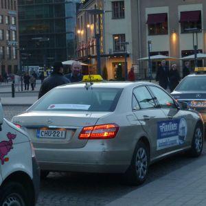 Taxibilar i kö