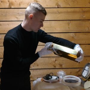 Björn Fritzén granskar en del till en lampa