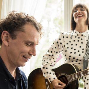 Juha Itkonen soittaa pianoa ja Maija Vilkkumaa kitaraa.