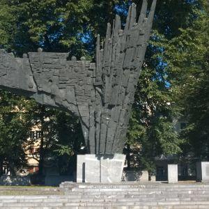 En stor svart skulptur på Republikens torg i Ljubljana.