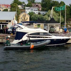 En båt körde för fort in i Norra hamnen i Ekenäs, vågorna skadade andra båtar. Polis och Ekenäs sjöbevakningsstaion på plats.