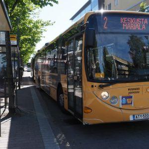 Joensuun paikallisliikenteen linja-auto lähtemässä pysäkiltä elokuussa 2020.