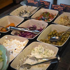 Lounaspaikan salaattipöytä