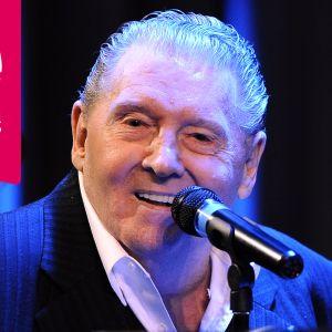 Jerry Lee Lewis ler bakom en mikrofon.