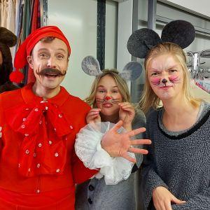 Buu-klubbens programledare i kostymförrådet utklädda till en björn, tomte (festprissenisse) och möss.