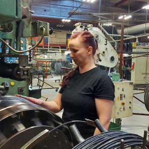 Elina Alho työskentelee rengastehtaan tuotannossa.