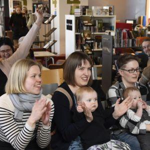 Glada regnbågsfamiljer på Sateenkaariperheet ry:s pressträff efter att riksdagen röstade för den nya moderskapslagen.