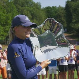 Matilda Castrén hymyilee Euroopan kiertueen Turun osakilpailun voittolautanen käsissään.