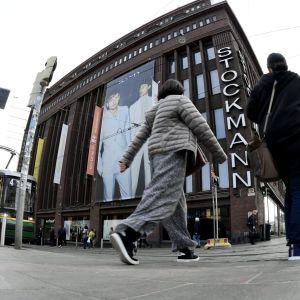 Stockmanns varuhus i Helsingfors sedd ur fiskögeperspektiv. Fotgängare i närheten av kameran ser stora ut i förhållande till varuhusbyggnaden.