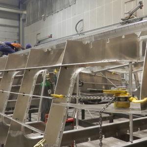 Kuvassa veneenrakennusta Kewatecilla
