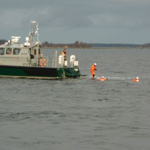 Yträddarna och den nödställde går i vattnet.