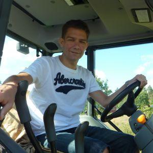 Riksdagsledamot Thomas Blomqvist på sitt jordbruk i Tenala.