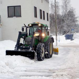 Entrepenören Niklas Weckman röjer bort snön i Svartå