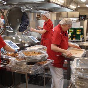 Naiset valmistavat ruokaa Pietarsaaren keskuskeittiössä cook- and chillmenetelmällä