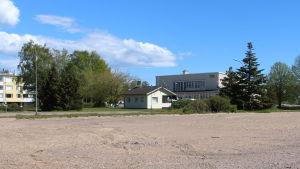En sandplan återstår efter att Teboils mack rivits i Hangö. Här vill Varuboden-Osla bygga ny affär.