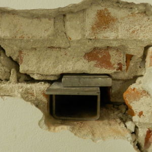 Kilar har slagits in i väggarna för att stödja konstruktionen