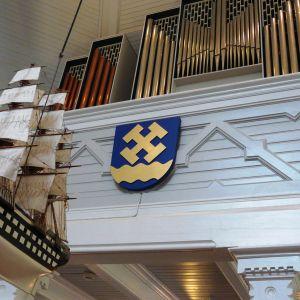 Votivskeppet och orgeln i Strömfors kyrka