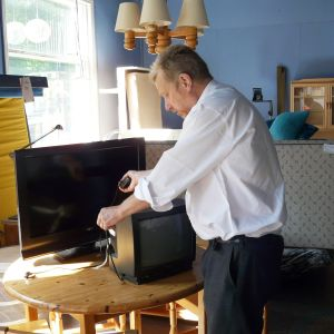 Kari Koivisto granskar begagnad tv på väg till återvinning i Lovisa