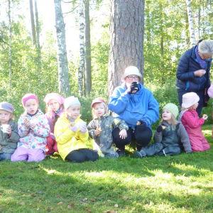 Barn från Solgårdens daghem deltar i Alfa Omega Raseborgs rollatorrally 2014.