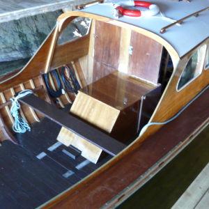 Familjen Gustafssons 50 år gamla träbåt Albertina, byggd av Cays pappa, har en namnskylt gjord av Tove Jansson och Tuulikki Pietilä