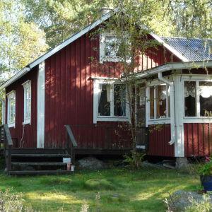 Familjen Jansson tillbringade till en början somrarna i storstugan vid Eidisviken på Pellinge i Borgå men flyttade senare till den här mindre stugan