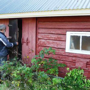 Här i familjen Gustafssons utedass vid Eidisviken på Pellinge i Borgå skärgård målade Tove Jansson urmumintrollet på dassväggen
