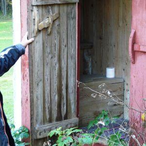 Här i familjen Gustafssons utedass vid Eidisviken på Pellinge i Borgå skärgård målade Tove Jansson urmumintrollet på dassväggen. Numera är dasset nästan en helgedom för japanska Tove Jansson-fans