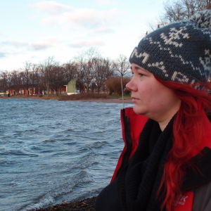 Sarah Söderholm seisoo meren rannalla.