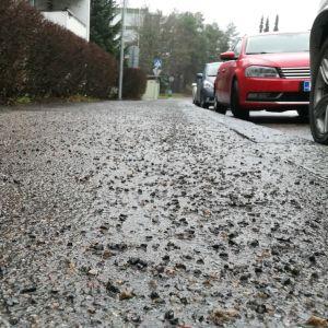 Hiekoitushiekkaa Jyväskylän Kalarvonkadulla kevyen liikenteen väylällä.