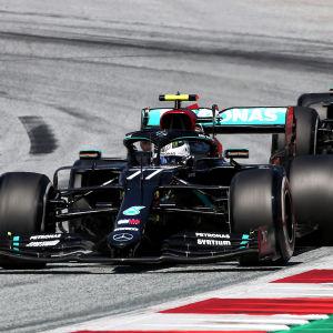 Valtteri Bottas kör framför Lewis Hamilton.