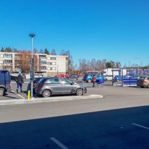 En parkeringsplats full med bilar.