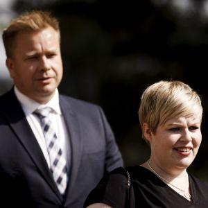 Annika Saarikko i förgrunden, Antti Kaikkonen i bakgrunden.